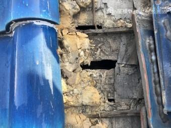 古い瓦の下の穴の空いた杉皮
