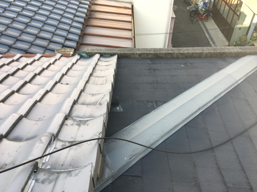 瓦屋根とスレート屋根の取り合い