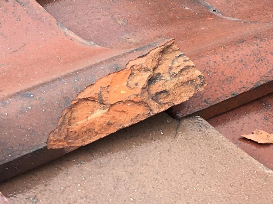 瓦屋根の割れや欠けなどの劣化