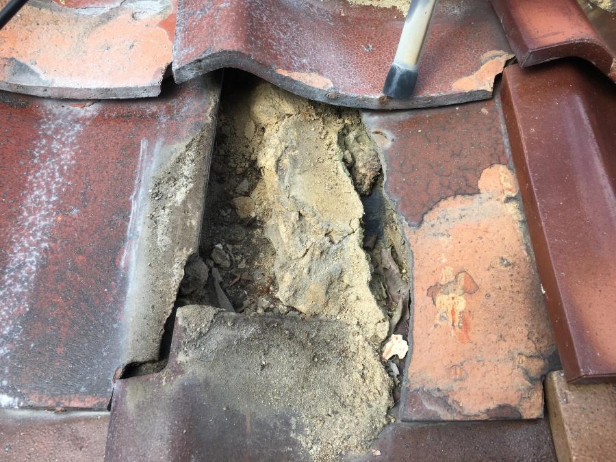 瓦の下に入っている葺き土の崩れ