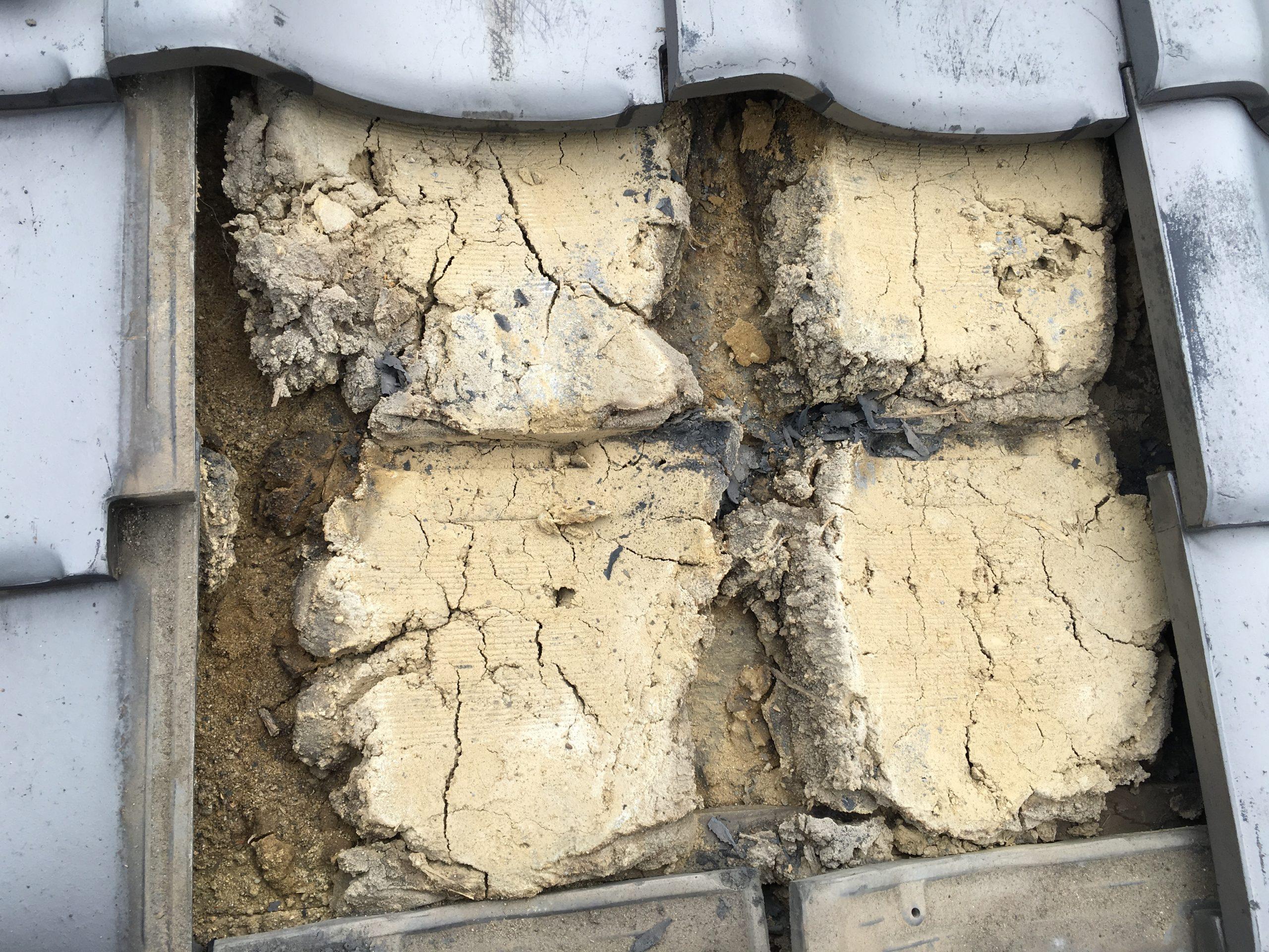 劣化した葺き土