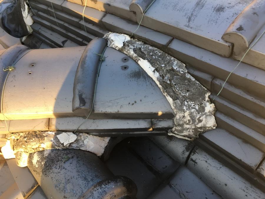 補修施工前の劣化した漆喰の瓦屋根
