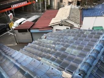 台風の強風でゆがんだ瓦屋根