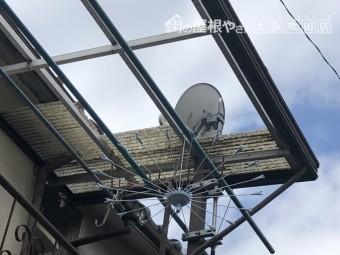 強風ではずれた2階ベランダポリカ屋根