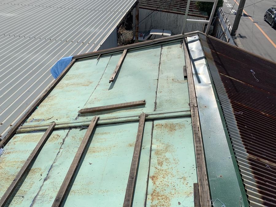 屋根の解体により露わになった屋根下地