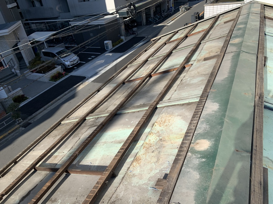 飛散の可能性のある傷んだ屋根材を撤去した後の倉庫