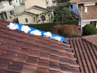 台風でくずれた屋根瓦をブルーシートでカバー