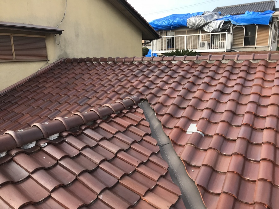 台風でめくれた屋根瓦