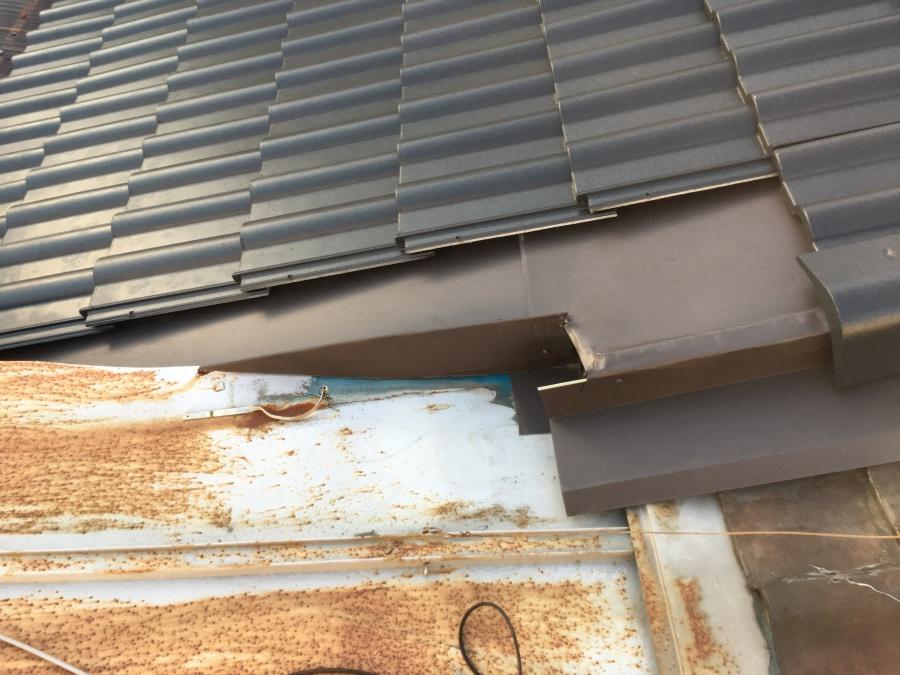劣化した金属屋根の取り合い