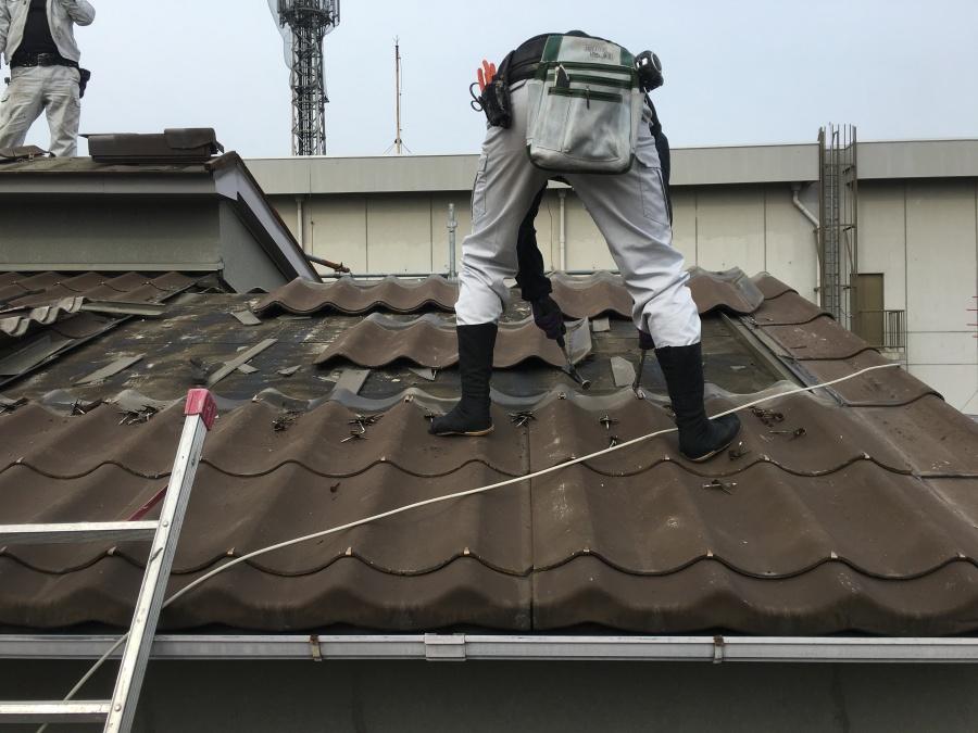 屋根瓦めくり職人