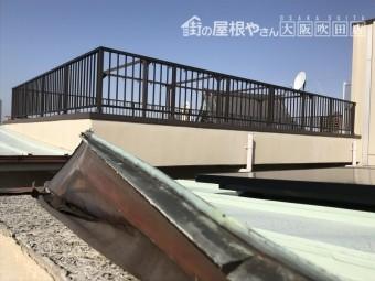 マンション屋上と金属屋根