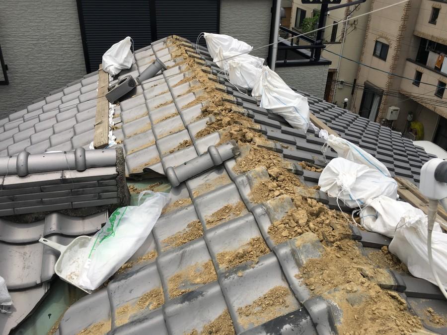 棟を撤去後、葺き土が露出