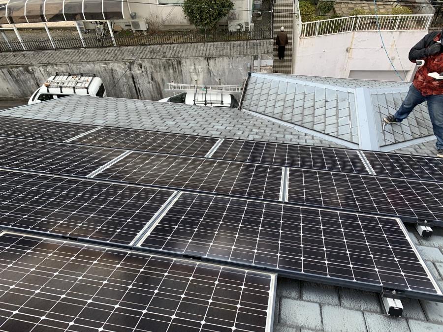 スレート屋根に広範囲で設置された太陽光パネル