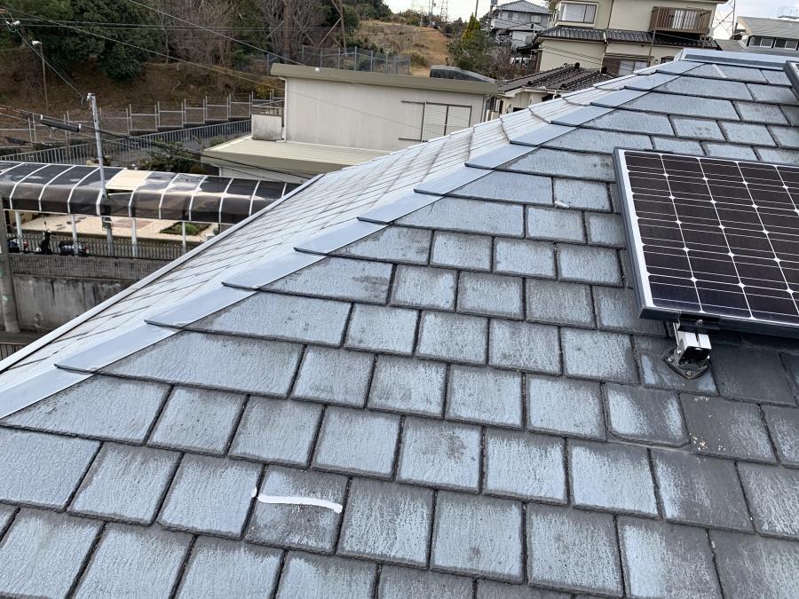 スレート屋根の一部がコーキング補修されている様子