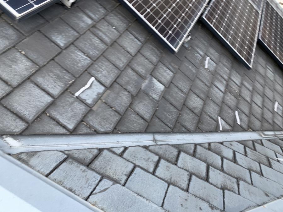 コーキングによる修理がされたスレート屋根