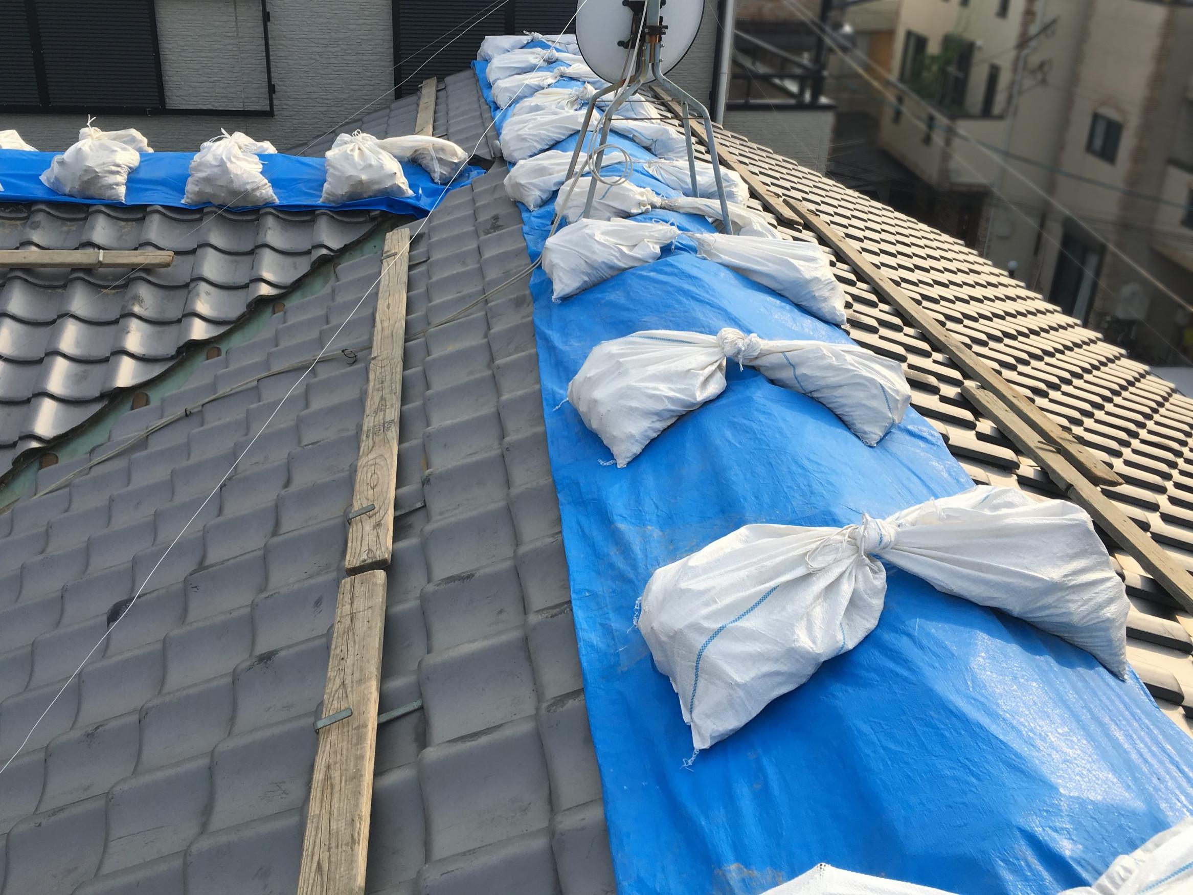 屋根修理中のため雨養生