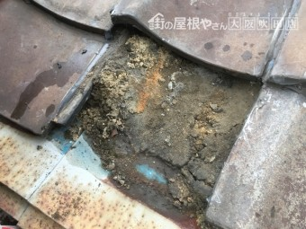 瓦屋根の下の劣化した土