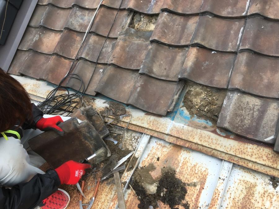 瓦屋根の下の劣化した土の撤去
