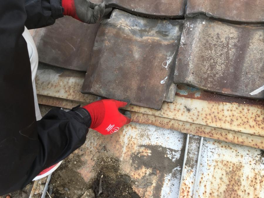 劣化した瓦をめくって調査補修