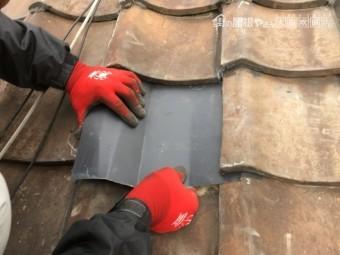 劣化した瓦屋根を金属で一部補修