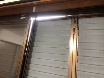 台風の強風で外れたサッシ窓