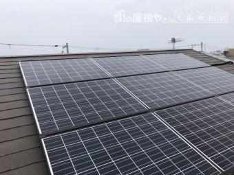 太陽光パネルが乗ったコロニアルクアッドの屋根