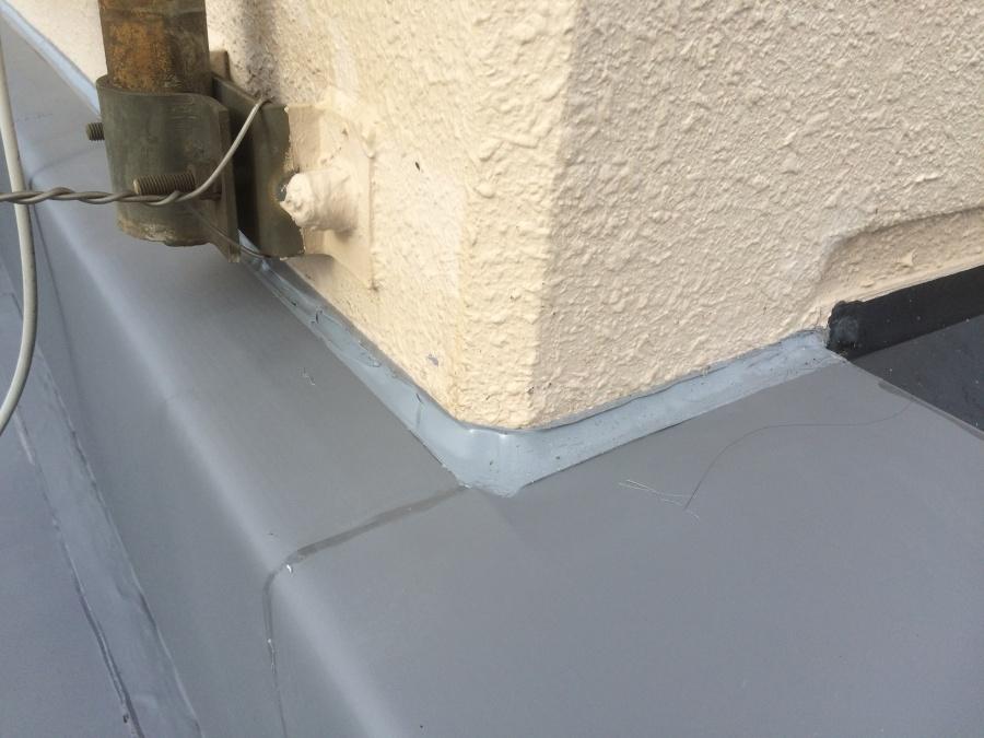 豊中市 雨漏り 陸屋根屋上防水工事壁立ち上がり部分の塗装