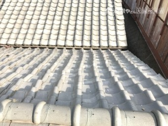 震災による屋根瓦のズレ