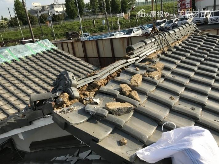 震災で大棟の瓦が倒壊