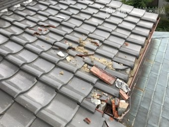 震災後の屋根瓦の割れ