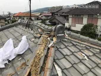 震災後の棟の歪みと崩れ
