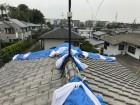 震災後大棟の歪みをブルーシートで応急処置カバー