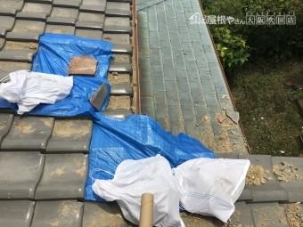 震災後の屋根瓦の割れをブルーシートで養生