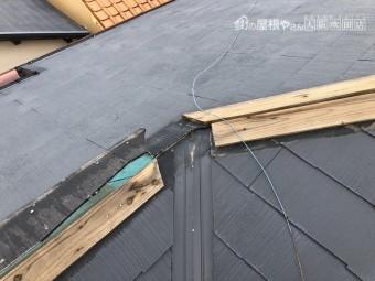 台風で破損したスレート屋根の棟