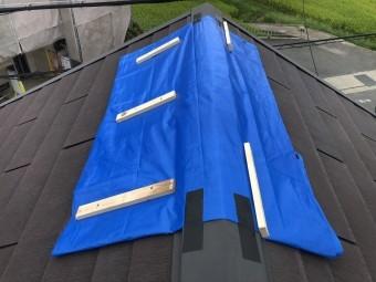 台風により剥がれたスレート屋根にブルーシートで養生