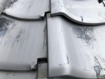 台風の強風の影響でずれた瓦