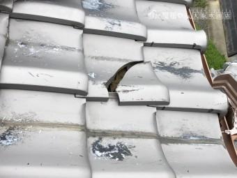 台風の強風の影響で割れた瓦