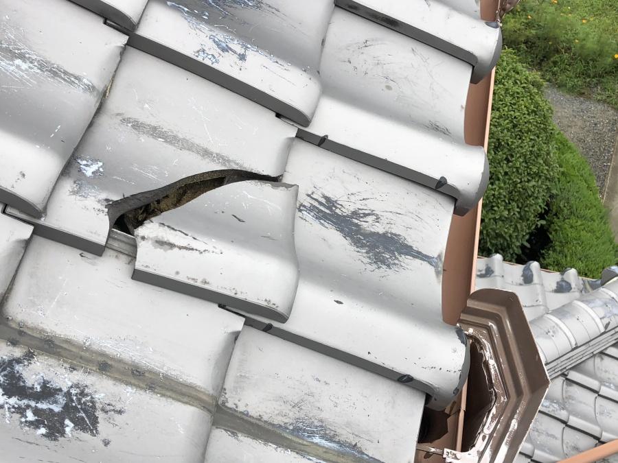 割れた屋根瓦(修繕前)