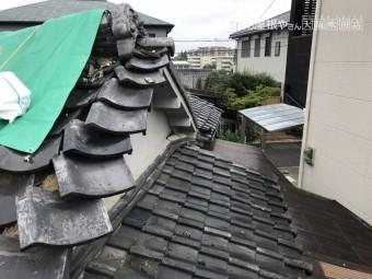 地震の影響を受け崩れた瓦屋根