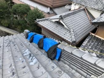 台風で崩れた瓦屋根をブルーシートで養生