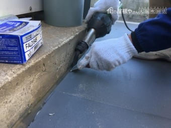 塩ビシートと塩ビ鋼板を熱風機で溶着