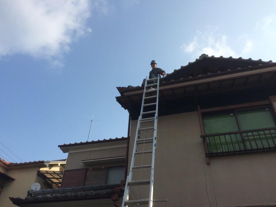 高槻市漆喰剥がれと谷板金の劣化を屋根に上がって現地調査