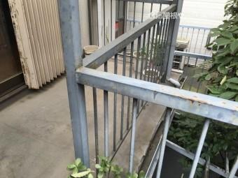 劣化し錆が生じたベランダの鉄柵