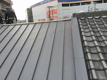 ガルバリウム鋼板の金属屋根で立平葺き屋根取り合い板金