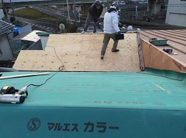 新しい野地板の上に防水シートのマルエスカラールーフィングを張っていく作業