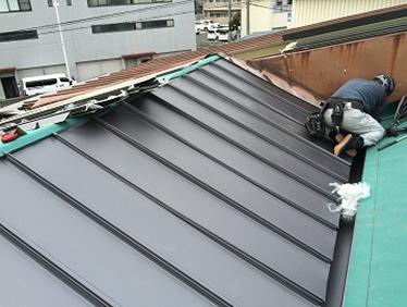 ガルバリウム鋼板の金属屋根を立平葺きカバー工法で施工していく