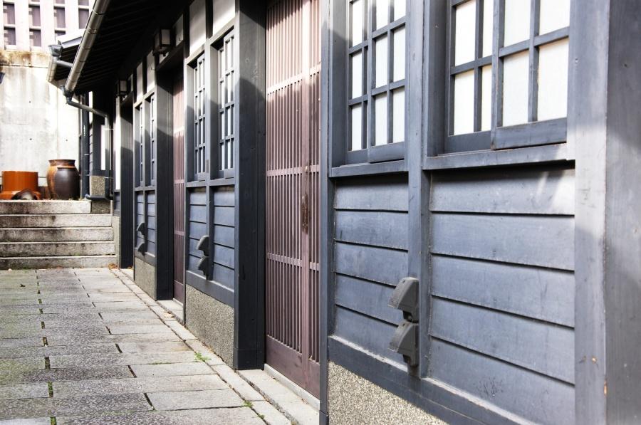 昔ながらの長屋造りの玄関先