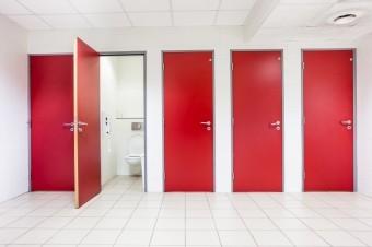 トイレの外開きの赤いドア