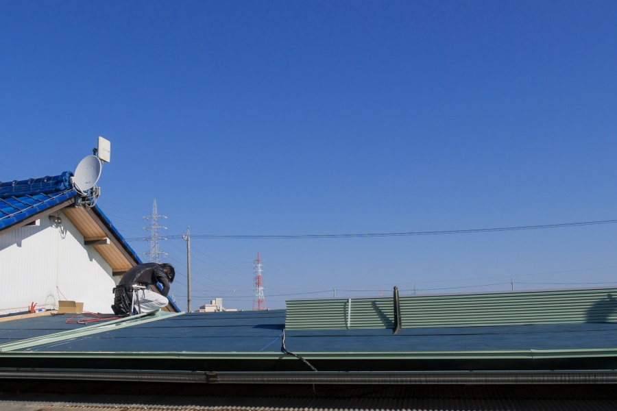 ガルバリウムなどの金属屋根の施工をする職人