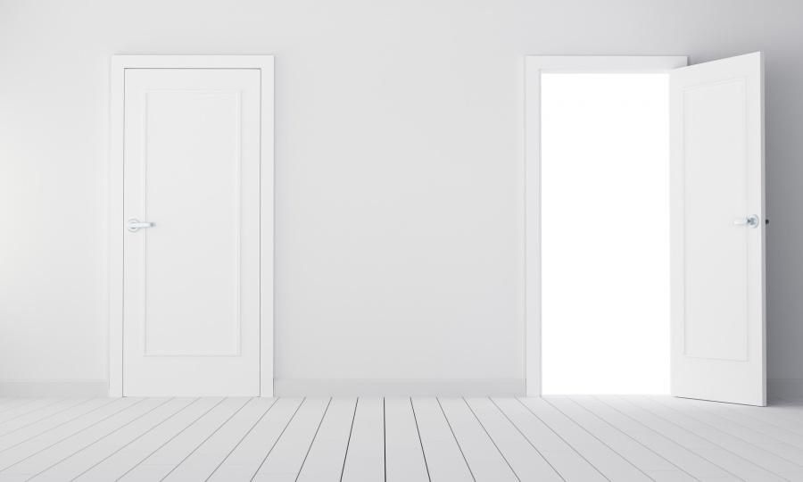 白い玄関ドアが二つ内開きドアか外開きドアか